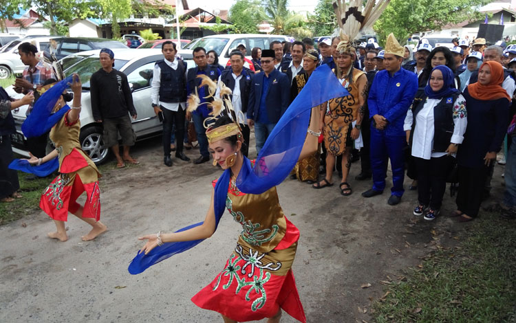 Rombongan Partai Nasdem diiringi tarian adat Dayak tiba di kantor KPU Kota Palangka Raya, Jumat (13/10/2017).