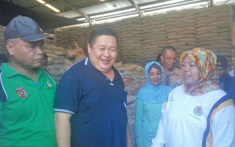 Bupati Kobar Nurhidayah dan Kepala Bulog Sub Divre Pangkalan Bun Rusli Pisol (baju hitam) saat berada di gudang Bulog, Jumat (13/10./2017).