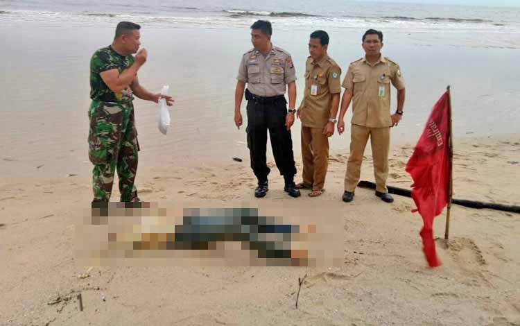 Jenazah penumpang KM Kirana III yang ditemukan di Pantai Ujung Pandaran.