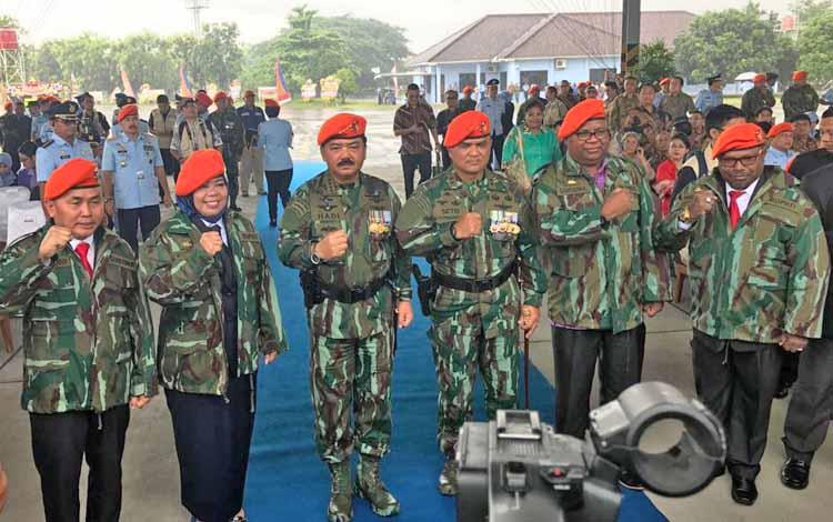 Gubernur Kalteng Sugianto Sabran dan Bupati Kobar Nurhidayah merupakan dua dari empat kepala daerah yang diangkat jadi warga kehormatan Korps Paskhas TNI AU, Selasa (17/10/2017)