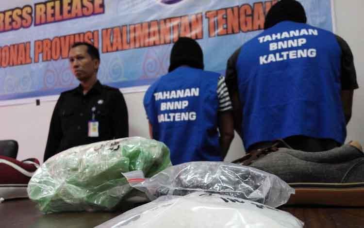 Dua oknum anggota Polri dan PNS TNI diamankan di kantor BNN Kalteng.