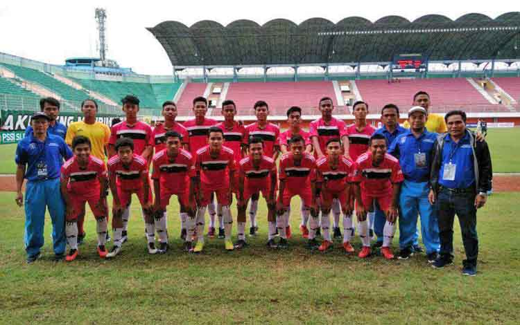 Skuat dan official Persebun Pangkalan Bun U - 17 yang berlaga di piala Suratin di Stadiun Maguwoharjo, Sleman Yogyakarta