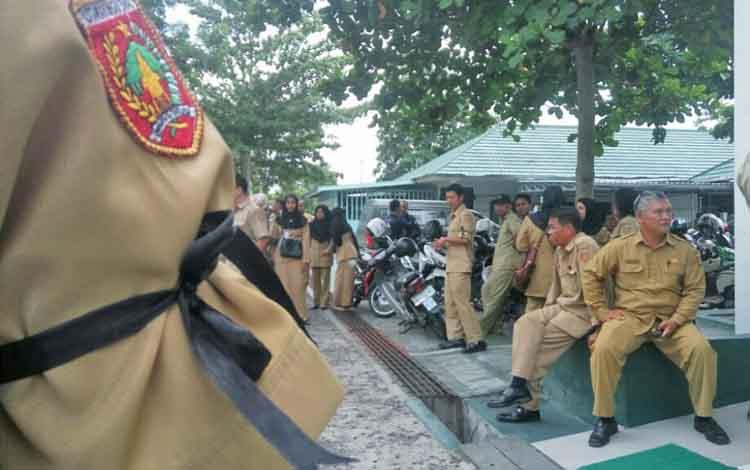Sebagai bentuk solidaritas para ASN Kabupaten Kobar yang terpaksa menjalani persidangan, para ASN dari berbagai dinas ngluruk ke PN Pangkalan Bun untuk menyaksikan persidangan