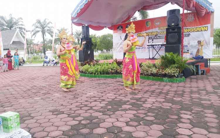 Penampilan tari kreasi dari komunitas warga Bali di Palangka Raya pada acara peluncuran Panggung Suara Kebangsaan, Minggu (29/10/2017).
