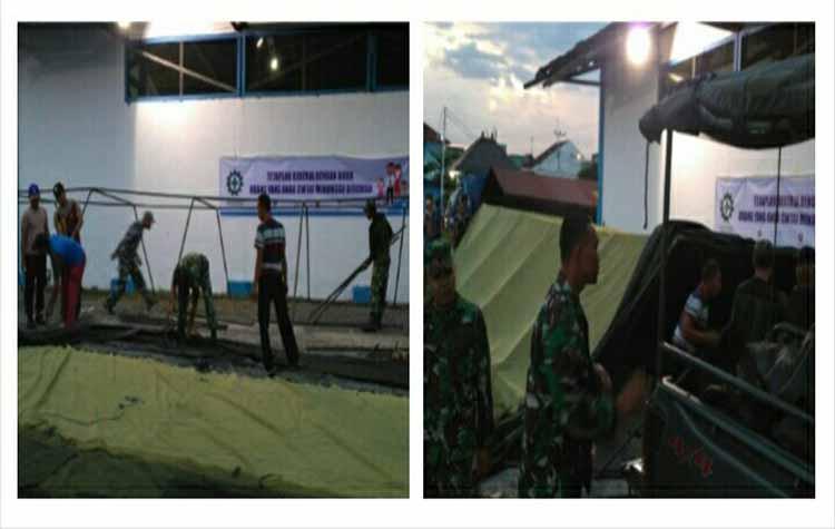 Aparat dari Kodim 1014 Pangkalan Bun menyiapkan tenda untuk penumpang Kapal Dharma Lautan Kencana II yang terbakar