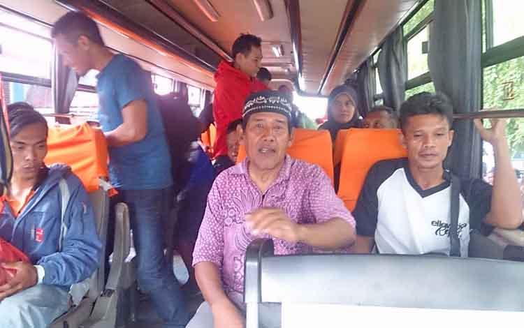 Sebanyak 77 penumpang Kapal Dharma Kencana II yang terbakar memilih untuk melanjutkan perjalanan ke Pontianak dengan menggunakan dua armada bis yang disiapkan pihak managemen.