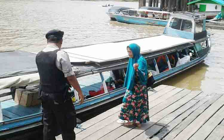 anggota Satsabhara Polres Barito Utara, Bripka Sugiarto saat menghimbau kepada nahkoda atau pengemudi untuk mengutamakan keselamatan dalam berlayar.