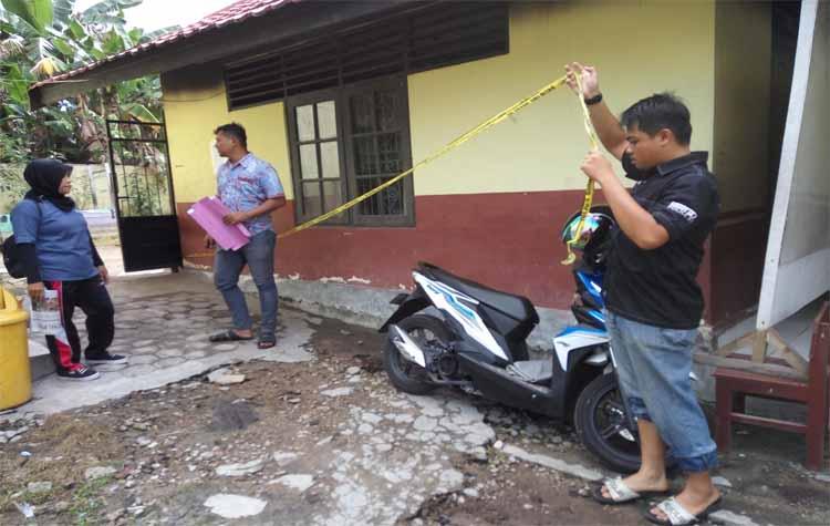 Aparat Polres Palangka Raya saat melepas garis polisi di SDN 1 Palangka, Jumat (3/11/2017)