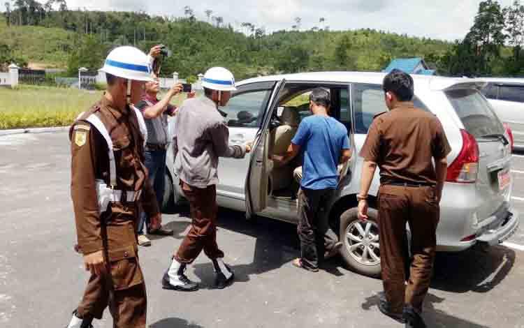 Tersangka kasus korupsi ADD dan DD Hardiansyah (baju biru) saat hendak dibawa dari Kejari Gunung Mas ke Rutan Palangka Raya, Selasa (7/11/2017)