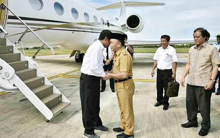 Gubernur Sugianto didampingi Anggota DPR RI Hamdhani saat menyambut kedatangan Menteri Pertanian Andi Amran Sulaiman di bandara Tjilik Riwut, Senin (13/11/2017)