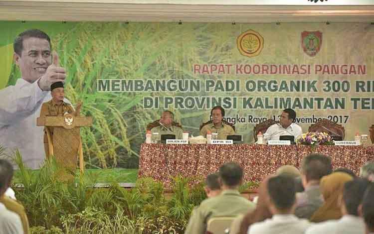 Gubernur Kalteng Sugianto Sabran saat menyampaikan pidatonya pada Rapat Kordinasi dengan Menteri Pertanian Andi Amran Sulaiman dan anggota Komisi IV DPR RI Hamdhani di Aula Jayang Tingang, Kota Palangka Raya, Senin (13/11/2017).