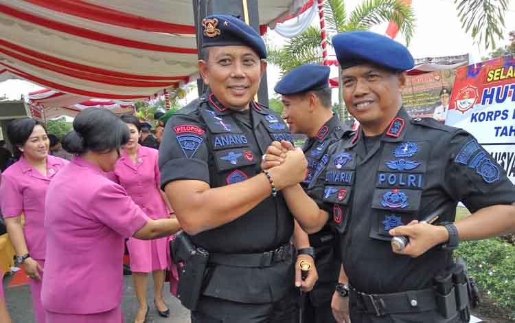 Kapolda Kalteng Brigadir Jenderal Anang Revandoko melakukan salam komando bersama Kapolres Palangka Raya, AKBP Lili Warli, Selasa (14/11/2017).