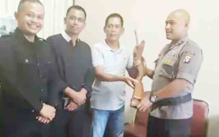 Wakapolres Kapuas Kompol Witdiardi S IK MH didampingi Kasat Intel Polres Kapuas AKP Muzakari menerima senjata api dari Kades Tumbang Muroi Nanang Karyadi bersama warganya di ruangan Wakapolres Kapuas.