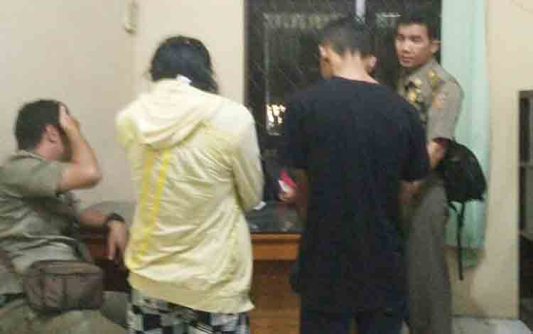 Pasangan pelajar yang diamankan Satpol PP Kobar. Pasangan berlainan jenis ini digerebek warga di kamar kos, Jumat (17/11/2017)