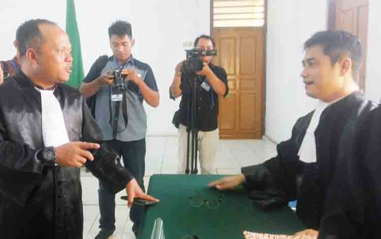 JPU dari Kejari Pangkalan Bun Acep Subhan (kiri) dan Penasehat Hukum 4 ASN Kobar Rahmadi G Lentam (kanan) sedang berdiskusi usai persidangan di PN Pangkalan Bun, Senin (20/11/2017)