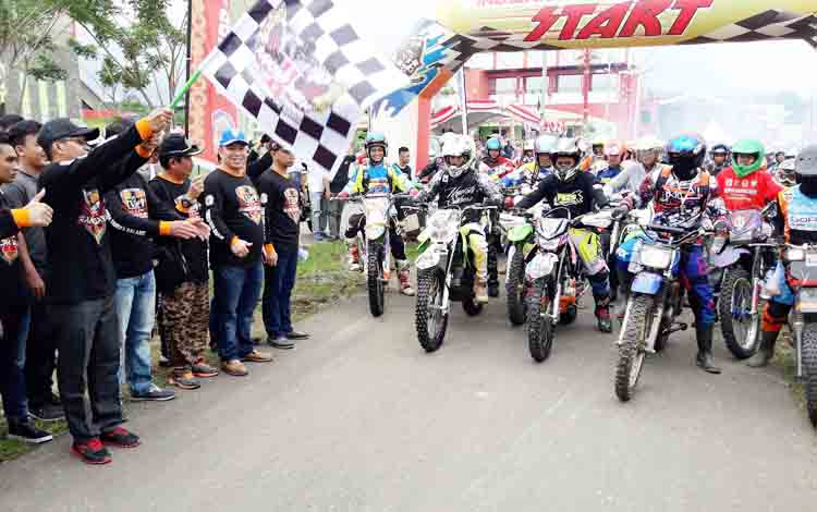 Bupati Murung Raya Perdie M Yoseph mengangkat bendera star sebagai tanda dilepas para rider, Sabtu (2/12/2017)