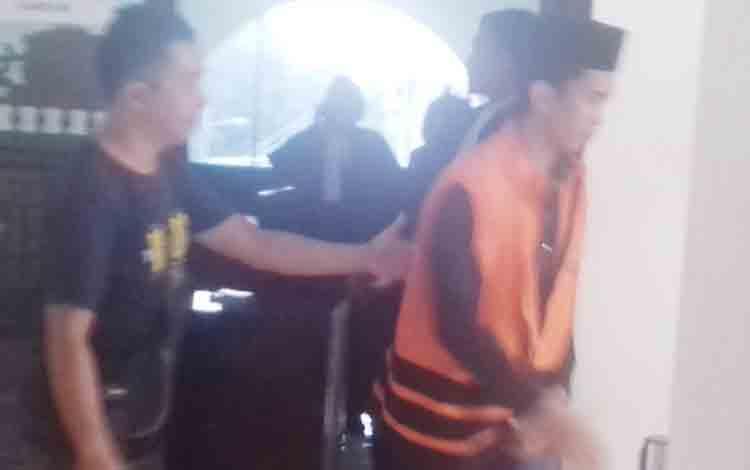 Terdakwa AN (rompi orange) usai sidang tuntutan di Pengadilan Negeri Sampit.