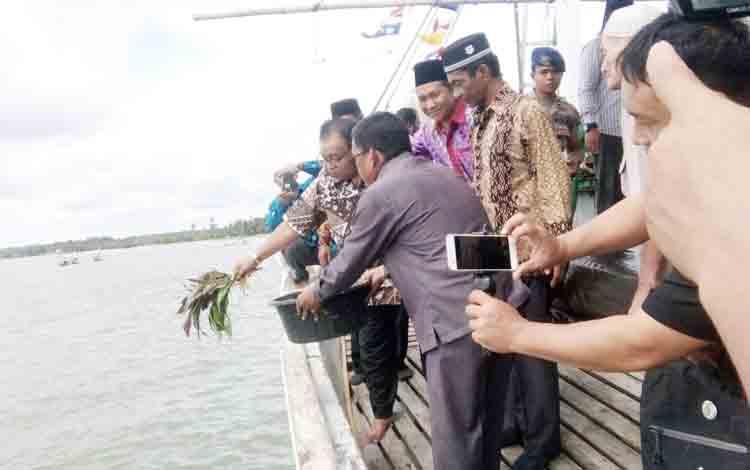 Bupati Sukamara Ahmad Dirman saat menabur bunga di muara laut Kecamatan Pantai Lunci, Kabupaten Sukamara.