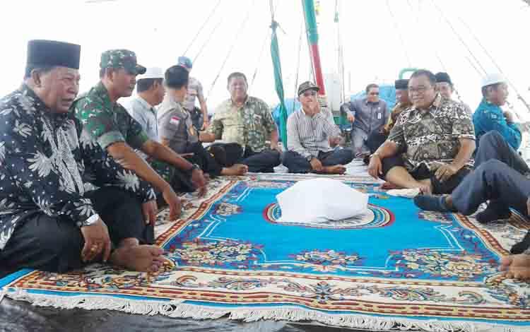 Bupati Sukamara Ahkad Dirman saat duduk bersama dengan tamu unda gan lainnya dalam peringatan Syukuran laut di Kecamatan Pantai Lunci.