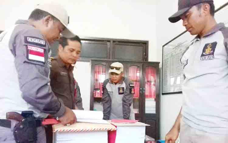 Penyidik Polda Kalteng saat mengecek barang bukti kasus UU Perbankan di BSM Sampit.