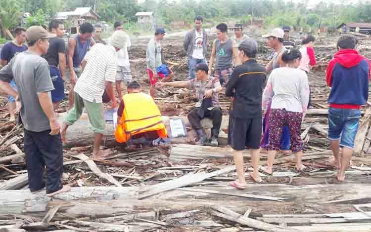 Anggota Polsek Montallat bersama warga dan karyawan PT Daya Sakti mencarian dua korban hilang pascakecelakaan kelotok vs tongkang di Sungai Barito, Kamis (7/12/2017).