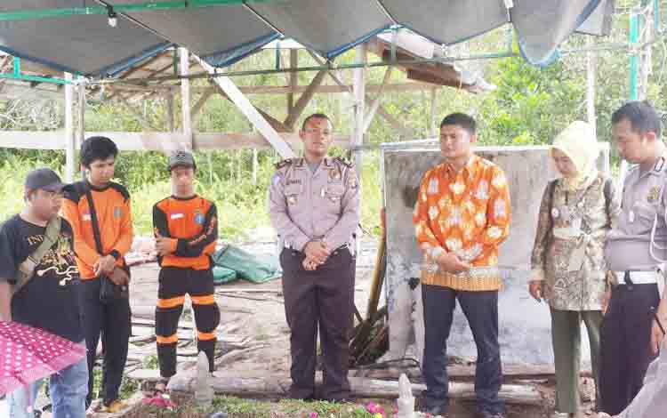 Aparat Satuan Lalu Lintas Polres Palangka Raya bersama Dinas Sosial akhirnya memakamkan korban kecelakaan tunggal yang belum diketahui identitasnya di tempat pemakaman umum, Jalan Tjilik Riwut, Km 12, Kamis (7/12/2017).