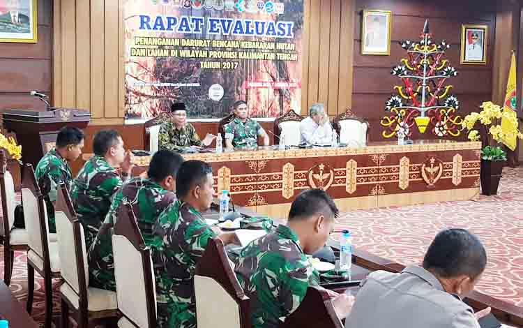 Rapat Evaluasi Penanganan Darurat Bencana Kebakaran Hutan dan Lahan di Aula Eka Hapakat, lantai 3 kantor gubernur, Kota Palangka Raya, Kamis (7/12/2017).