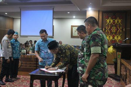 Plt Kepala BPB-PK Kalteng Darliansyah menandatangani kesepakatan bersama di akhir rapat Rapat Evaluasi Penanganan Darurat Bencana Karhutla di Kota Palangka Raya, Kamis (7/12/2017).