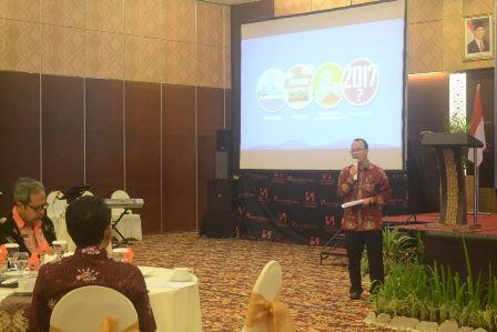 Ekonom Bank Indonesia Perwakilan Kalteng Setian saat menyampaikan paparan dikegiatan Diseminasi Kajian Ekonomi dan Keuangan Regional, di Palangka Raya, Kamis (7/12/2017).