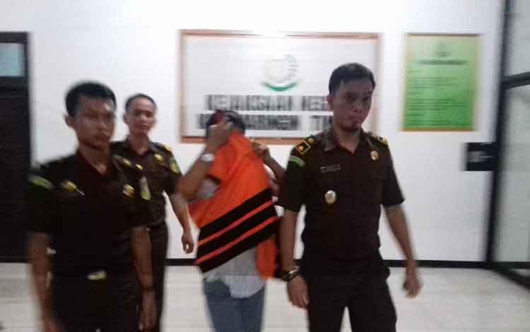 Lilis Suryani (rompi orange) saat ditahan Kejari Kotim