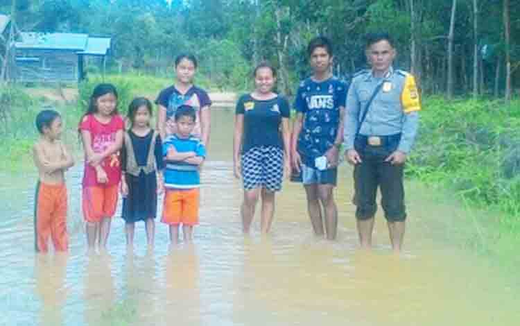 Bhabinkamtibmas Desa Rimba Sari saat memantau aktivitas warganya