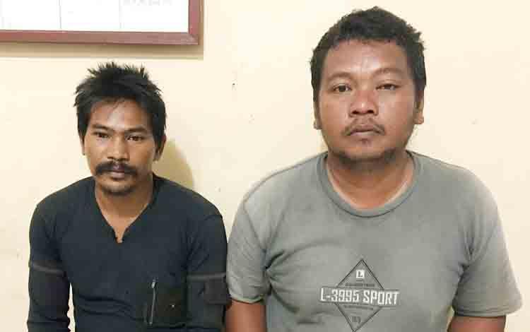 Dua tersangka penganiayaan saat diamankan di Polsek Parenggean