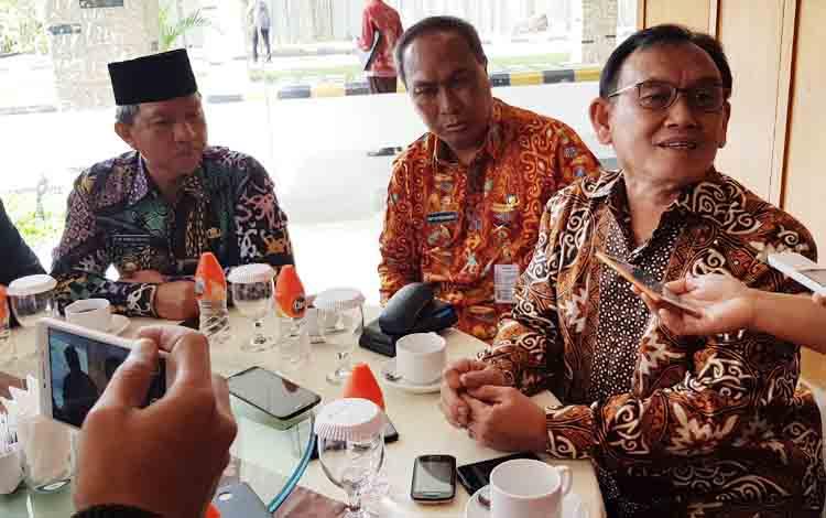 Ketua Tim Kajian pemindahan ibu kota negara, Imron Bulkin (kanan) saat menjawab pertanyaan pers tentang hasil kajiannya.
