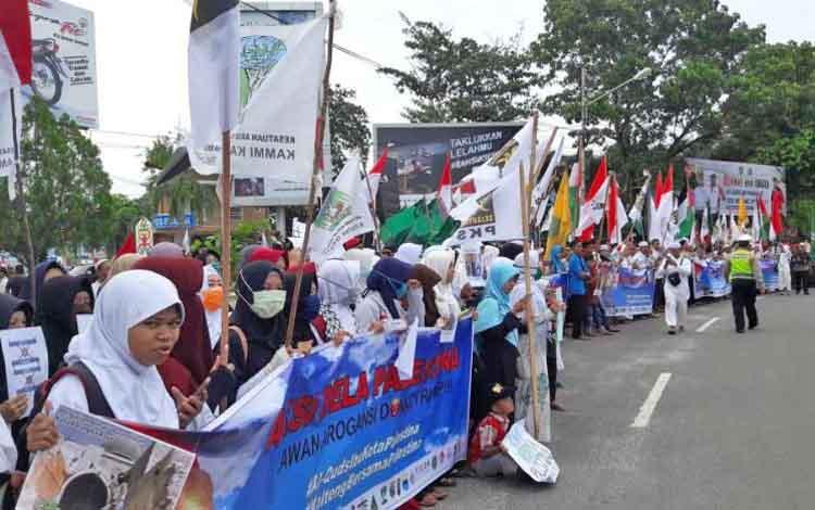 Ribuan anggota ormas Islam menggelar aksi Save Palestina di Bundaran Besar, Kota Palangka Raya, Jumat (15/12/2017).