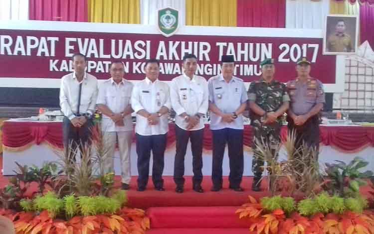 Ketua Komisi I DPRD Kotim, Handoyo J Wibowo (pojok kiri) saat bersama jajaran FKPD