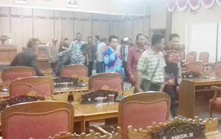 Selepas pelaksanaan rapat dengar pendapat terkait ganti rugi lahan wisata di Desa Ujung Pandaran, Kecamatan Teluk Sampit, Kabupaten Kotim.