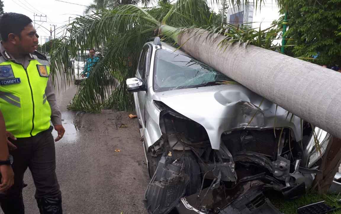 Mobil rush rusak parah menabrak pohon.