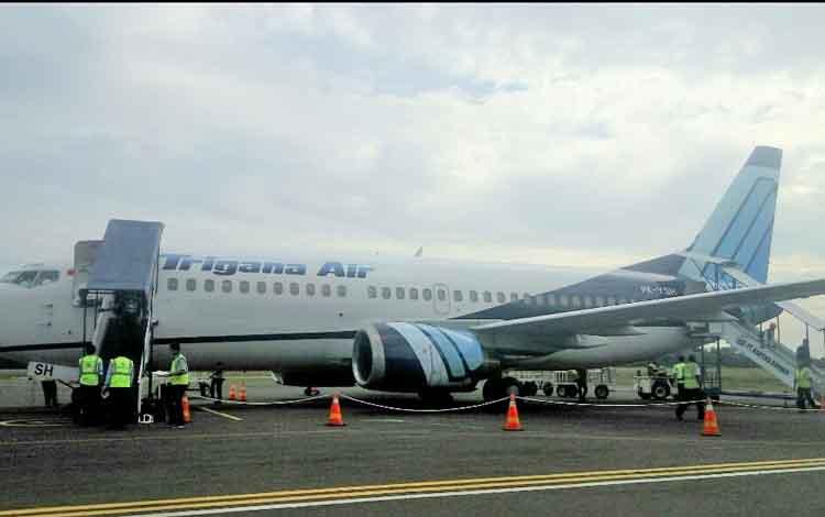 Pesawat Boeing 737 - 300 milik Tigana Air dengan logo baru dibagian body dan ekor saat mendarat di B
