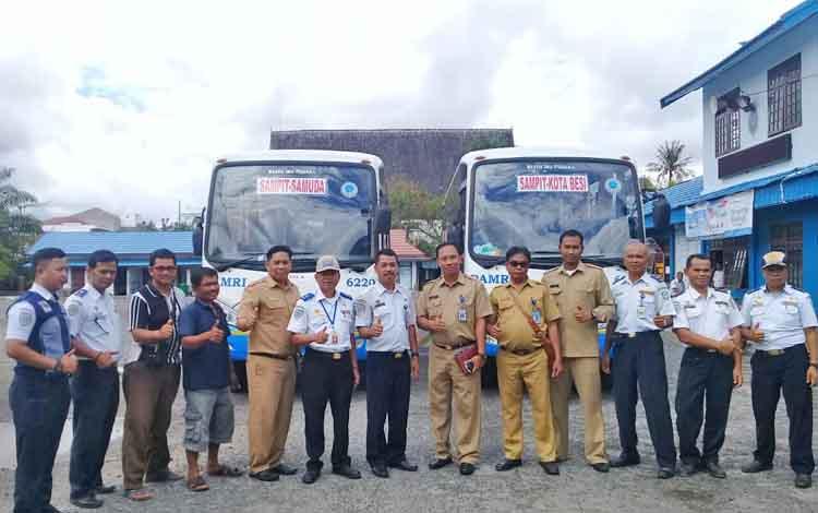 Kepala Dinas Perhubungan Kotim Fadlian Noor bersama pihak damri dan juga kecamatan saat launching Bu