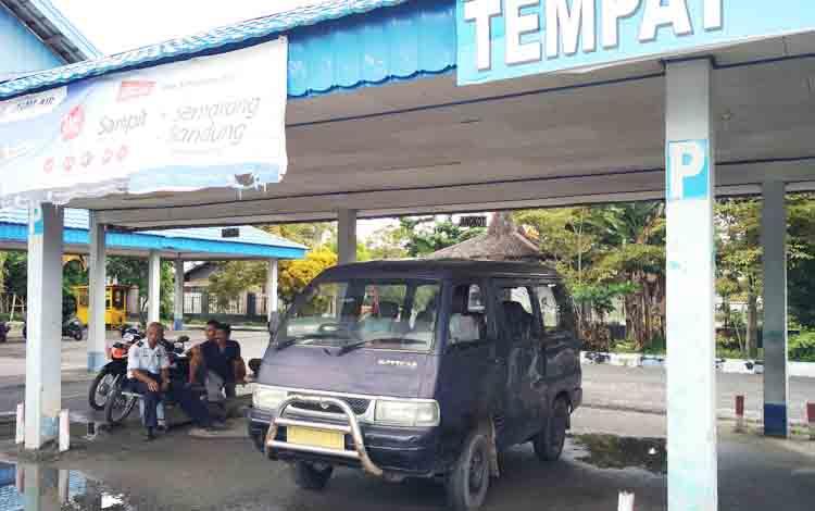 Sebuah mobil taksi kuning saat menunggu penumpang di Terminal Patih Rumbih.