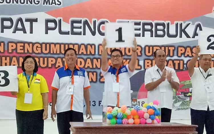 Pasangan calon bupati dan calon wakil bupati Gumas yakni Rony Karlos-Gaya (tengah), Jaya S Monong-Efrensia LP Umbing (kiri) dan Lohong Simon-Suprapto Sungan.