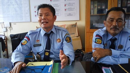 Kepala LPKA Kelas II Palangka Raya Mubasirudin (kiri) didampingi Kasi Pengawasan dan Penegakkan Disiplin, Abuma\'ali memberikan keterangan kepada wartawan, Selasa (13/2/2018).