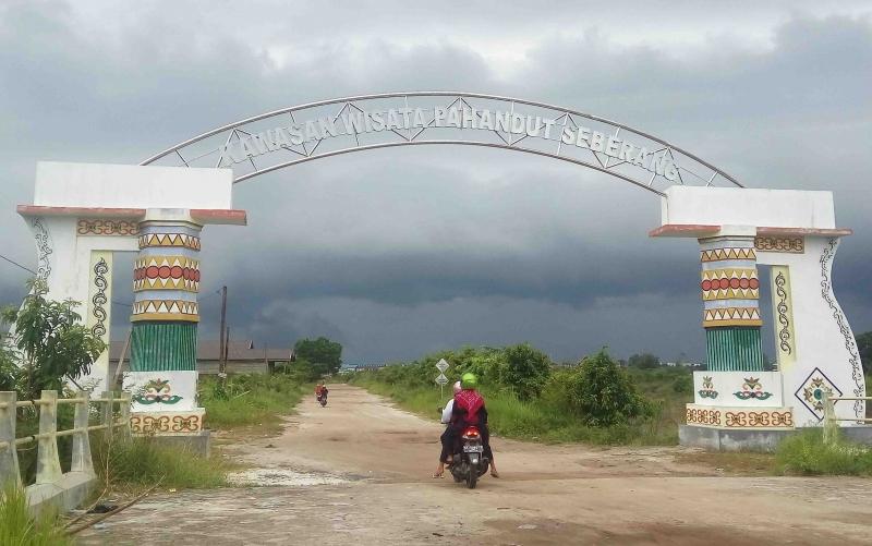 Gerbang Kawasan Wisata di Pahandut Seberang.