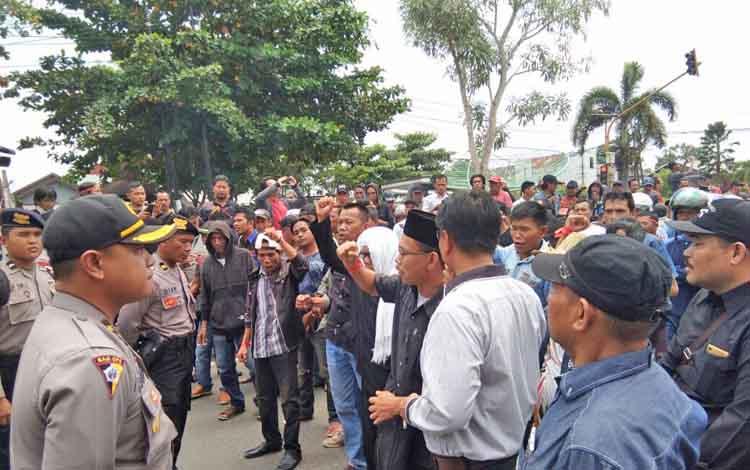 Massa yang menamakan diri sebagai Aliansi Masyarakat Kabupaten Kapuas menyampaikan aspirasi di depan