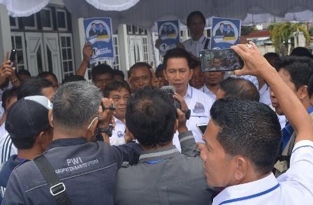 Nadalsyah saat diwawancarai wartawan seusai pemilihan nomor urut di Balai Antang Muara Teweh, Selasa (13/2/2018).