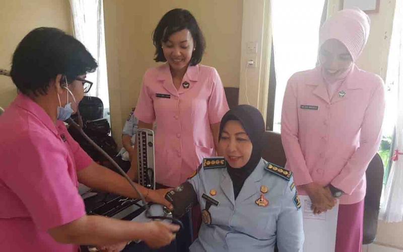Kepala Lapas Perempuan Kelas II A Palangka Raya, Dyah Wandansari ikut menjalani tes IVA yang digelar Yayasan Kemala Bhayangkari, Selasa (13/2/2018)