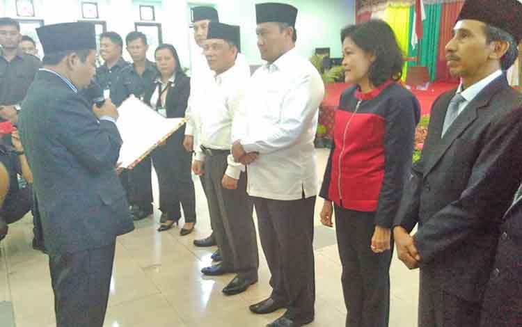 Ketua KPU Pulang Pisau Untung Surapati saat akan menyerahkanberkas penggunaan nomor urut dalam Pilk