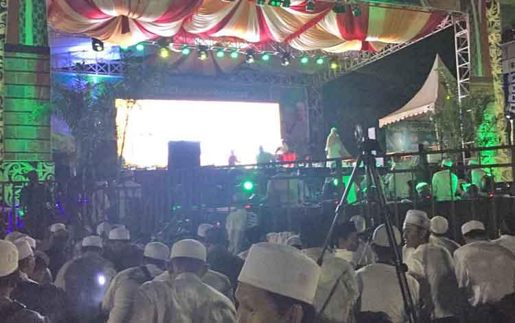 Ribuan Jemaah sudah Padati Stadion 29 November Sampit Saksikan Kotim Bershalawat Bersama Habib Syech