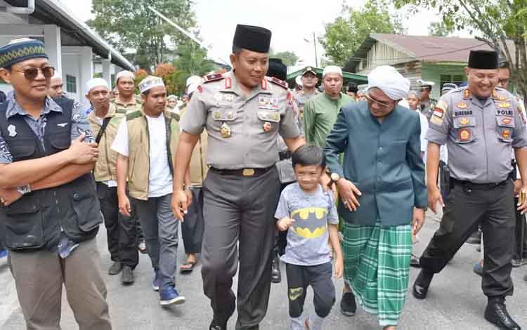 Kapolda Kalteng Brigjen Pol Anang Revandoko saat disambut oleh Pengasuh Pondok Pesantren Darul Amin