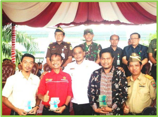 Piagam Penghargaan diterima oleh Roni Ihsan (kedua dari kanan).